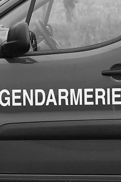 Voiture de gendarmerie qui vient chercher un escroc